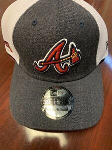 NEW W STICKER - Atlanta Braves Tomahawk Logos Mesh 39Thirty Hat -Sm/Md- MSRP $30