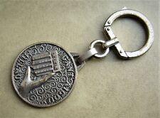 Ancien porte clé métal signé Augis Gant Main AIGOUY Millau, blason armes Ann.60