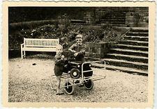 PHOTO ANCIENNE - ENFANT VOITURE À PÉDALES JEEP GAG - CHILD CAR -Vintage Snapshot