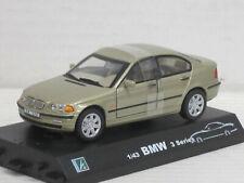 BMW 328i in silbergrünmetallic, ohne OVP mit Sockel, Hongwell/Cararama, 1:43