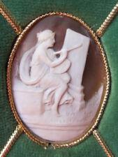 Camée coquillage véritable Romaine peignant  Velours vert cadre doré XXe