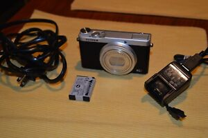 MINT!!!! Fuji film X Series XQ2 12.0MP Digital Camera - White.