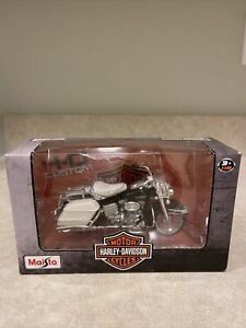 Maisto 1:18 scale Harley Davidson Black and White Motor Cycle New In Box