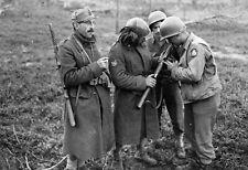 WWII photo Italian bersalier shows American soldiers a Beretta world war 9b