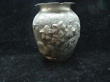 Joli ancien vase en étain décor fleuris, signé TH.Tombal ?