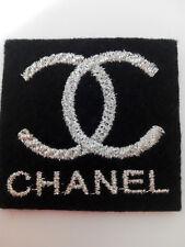 Parche bordado para coser estilo Chanel 4/4 cm color plata adorno ropa