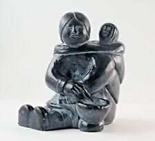 Enchanting Stone Sculpture of a Inuit-Mama, Gelabelt Abbott Canada. (1N28)