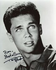 AUTOGRAPHE SUR PHOTO 20 x 25 de Tony DOW (signed in person)
