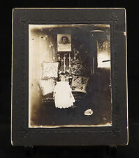 CABINET CARD MOURNING PHOTO OF SAD LITTLE GIRL, VICTORIAN HOME INTERIOR, 1890s