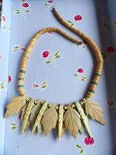 Inusual blanqueado & Teñido De Coco Hula Lei gota de hoja Distintivo Collar 489-6