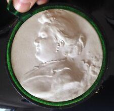 Coffret plaque plâtre dégourdi ? portrait signé Mathurin Moreau