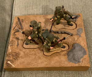 Britains 2004 - 3 Soldiers and a Base