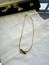Coffret contenant un collier et 6 pendentifs différents.