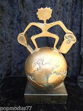 sculpture en bronze signé Jorge Borras 1996 Trophée de tennis Yannick Noah globe