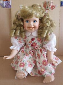 Puppe sitzend Größe ca. 28 cm Sammlerpuppe, Porzellan, mit geblümtem Kleidchen