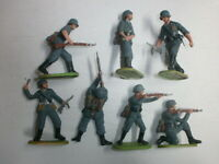 Konvolut 7 alte Elastolin Kunststoff Soldaten zu 7.5cm Kampfgruppe 2.WK