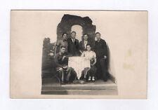 CARTE PHOTO Décor Toile peinte Postcard RPPC Vers 1940 Groupe Souvenir Couple