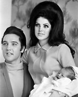 ELVIS PRESLEY AND WIFE PRISCILLA WITH LISA MARIE IN 1968 - 8X10 PHOTO (WW187)