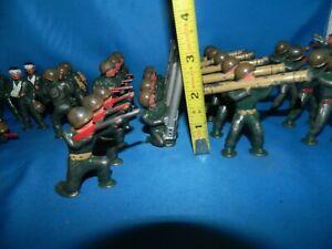 LOT OF 30 VINTAGE MANOIL BARCLAY ARMY SOILDERS  METAL TOYS bazooka Mortar Men