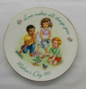 AVON 1991 Mothers's Day Plate Love Makes All Thing's Grow Mini Collector Plate.