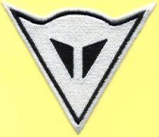 Toppa ricamata patch termoadesiva  logo DAINESE bianco lato cm. 9,5
