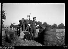 Portrait jeune homme champs tonneaux agriculture - négatif photo ancien