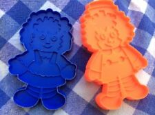 PAIR OF VINTAGE BOB MERRILL RAGGEDY ANN AND ANDY RED & BLUE COOKIE CUTTERS