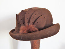 Ravissant chapeau forme cloche à bord relevé en feutre marron