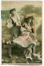 CPA - Carte Postale - Fantaisie - 2 Femmes donnant à manger aux oiseaux (C8624)