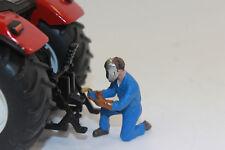 ADF 32127 kniender Mann beim Schweißen  1:32 Figur für Diorama  NEU in OVP