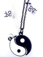 Dos piezas de imán blanco y negro de Yin Yang signo collar / collares