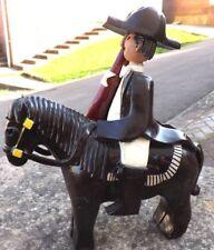 Primitive cheval et cavalier en céramique argile Dalle travail Guy avec drapeau Poney