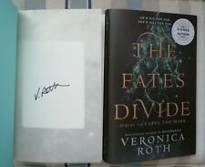 VERONICA ROTH SIGNED THE FATES DIVIDE 1/1 UK HB/DJ 2018 BRAND NEW LOVELY COPY