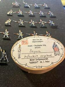 Flat tin soldiers, 19 figures.Bavarian infantry in a wooden box.