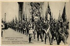 CPA MILITAIRE Defilé de la Victoire-Les Drapeaux Anglais á l'Arc (316138)