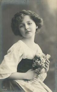 1900's VINTAGE German REAL PHOTO LOVELY YOUNG WOMAN & DAISIES POSTCARD - UNUSED
