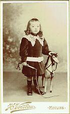 Photo cdv ; H.Verdeau ; Fillette en pose avec un cheval de bois , vers 1896
