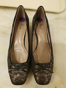 Ladies Shoes Size 8.5 Almost New Black and Gold Low Heel