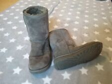 Women's Ugg boots, size 8 US, gray, classic short