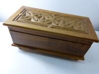 belle boite en bois sculpté , coffre , boite a bijoux , vide poche  (pie13)