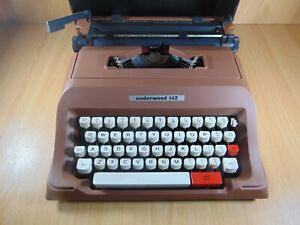 Vintage 1970's Underwood 142 Model Typewriter Classic