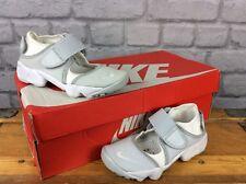 Nike UK 11.5 EU 29.5 Rift Pure Platinum Scarpe da ginnastica ESTATE per Bambini Ragazzi Ragazze