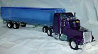 Camion Americano de fricción color violeta con remolque transparente. Esc: 1:43?