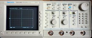 Tektronix TDS540 Digitales Vierkanal-Speicher-Oszilloskop mit Tastköpfen