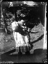 Petite fille avec pistolet à bouchon  -  négatif photo verre photo - an. 1910 20
