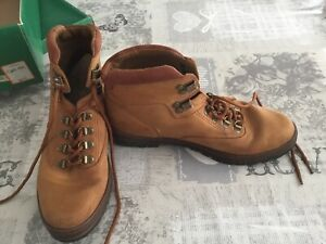 Womens Clarks Size 6 Walking Boots