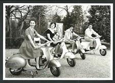 Scooter Vespa Piaggio - cartolina moderna da foto d'epoca - Francia