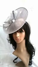 NUOVO Argento Sinamay Fascinator con. TURN-UP piattino a disco, matrimonio... CORSE