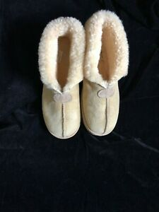 UGG MEN'S SLIPPERS / SHOES SIZE 10 / WOMEN'S SIZE 11
