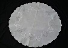 runde Leinen Decke mit Weißstickereien